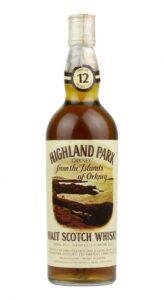 Eine Flasche Highland Park 12 für Ferraretto Import. Auf dem Label ist die Küste von Orkney zu sehen.