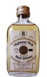 Eine Flasche Highland Park 8 mit 57% in Miniaturform.