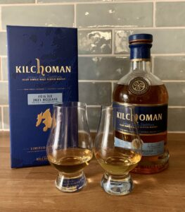 Eine Flasche Kilchoman 2011/2012, der passende Karton und zwei eingeschenkte Gläser